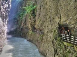 Le passage dans les gorges de l'Aar en Suisse
