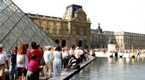 File d'attente devant le musée du Louvre