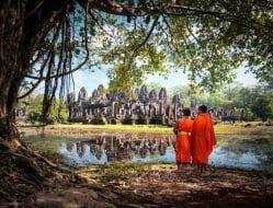 Moines devant le temple d'Angkor Vat au Cambodge