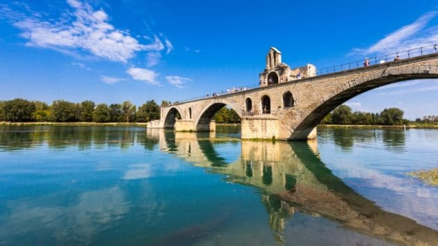 pont avignon avec reflets sur le rhone