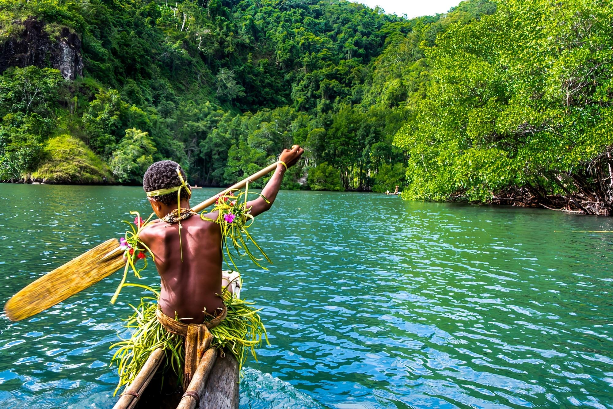 partir decouverte population locale jeune homme papouasie pirogue