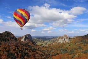 Ballon à air chaud survolant le volcan. Auvergne, France
