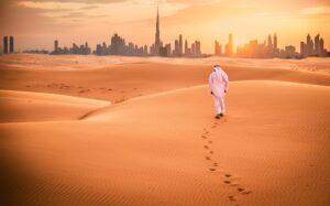 Homme dans le Désert de Dubaï