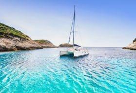 Belle baie avec catamaran à voile, île de Corse, France