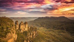 Une image du coucher de soleil sur les montagnes Bleues des Soeurs Arbres Australie