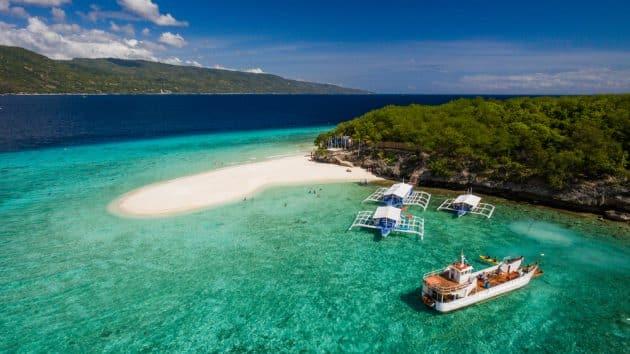 Une vue aérienne de la plage de l'île de Sumilon qui atterrit près d'Oslob, Cebu, Philippines.