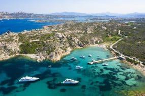 Vue d'en haut, vue aérienne imprenable sur l'archipel de la Maddalena en Sardaigne avec de belles baies de mer turquoise. Parc national Maddalena Arcipelago, Sardaigne, Italie