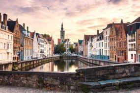 Paysage urbain de Bruges. Vieille ville de Bruges célèbre destination en Europe. Brugge le soir avec un ciel coloré. Bâtiments anciens du canal