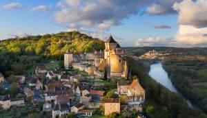 Vue sur le château de Castlenaud au coucher du soleil, Dordogne