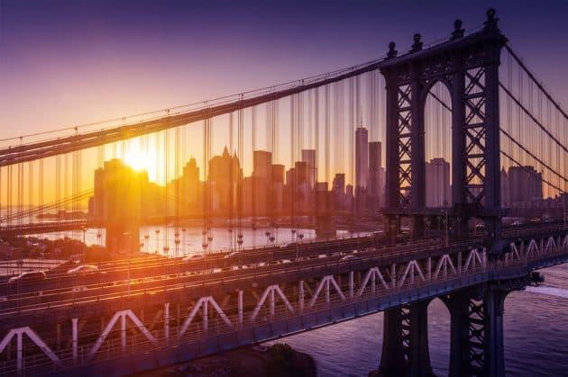 New York City - beau coucher de soleil sur manhattan avec manhattan et pont de brooklyn