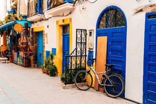 rues colorées de la ville maritime d'essaouira, maroc