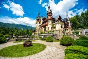 Bel château de Peles et jardin d'ornement dans le Sinaia point de repère des Carpates en Europe