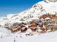 Vue sur la station de ski de Val Thorens de Three Valleys, France. Montagnes recouvertes de neige