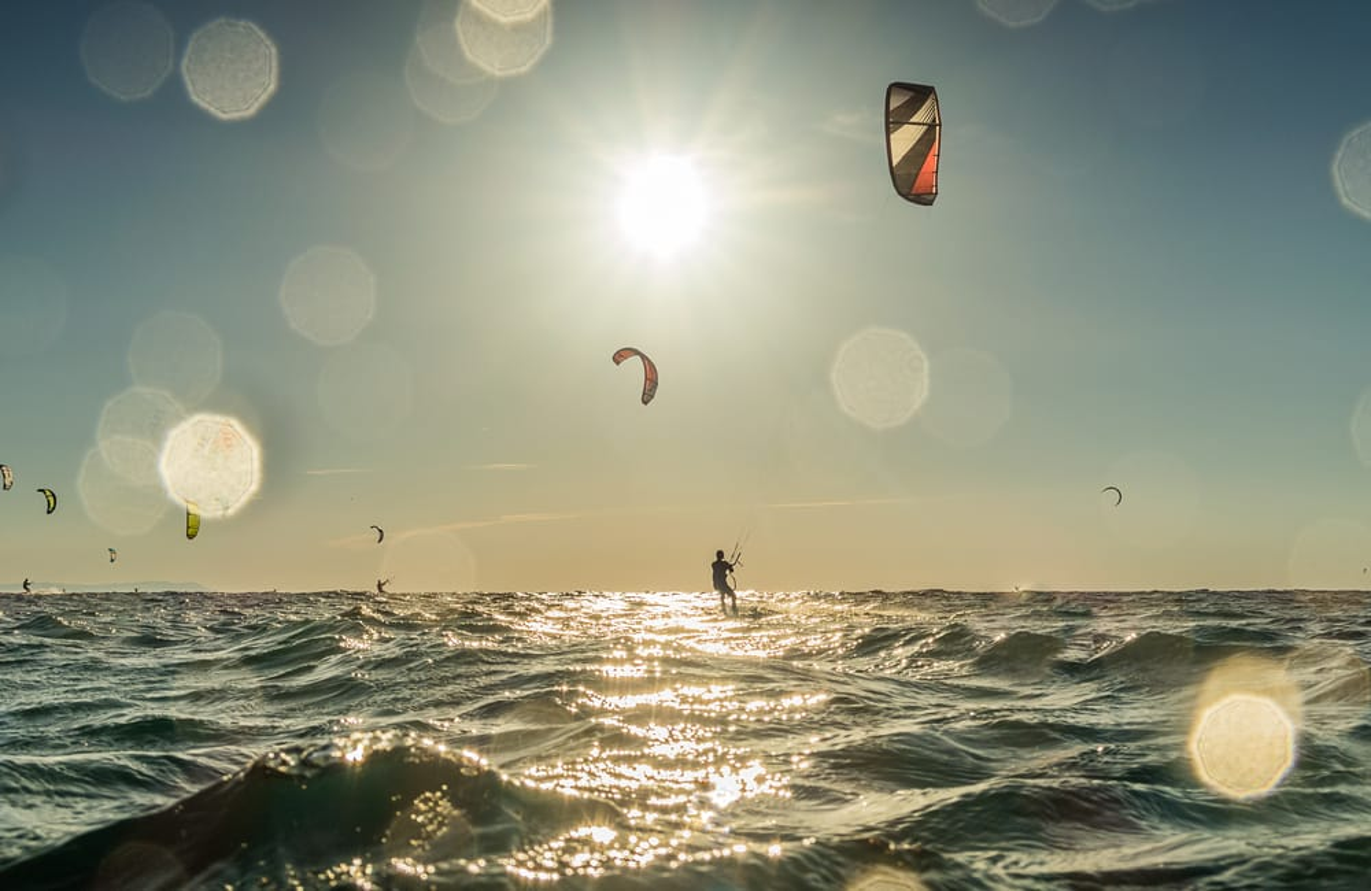Des gens pratiquant le kitesurf.