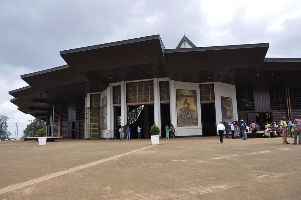 visiter Yaoundé : la Basilique Marie-Reine-des-Apôtres de Mvolyé