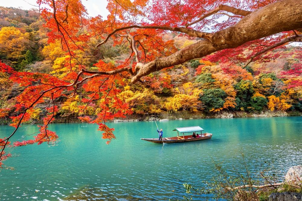 Arashiyama en saison d'automne le long de la rivière à Kyoto