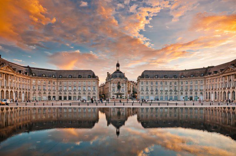 Jouer avec le miroir d'eau de la place de la Bourse - visiter Bordeaux