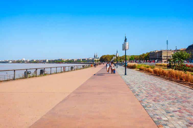Parcourir les quais à vélo au coucher du soleil - visiter Bordeaux