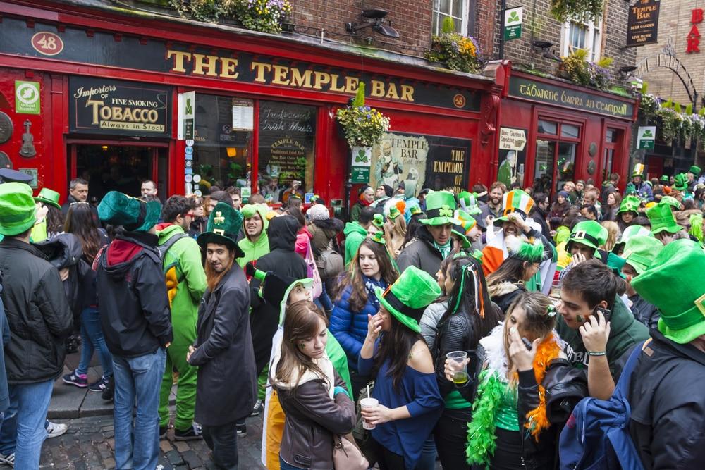 Personnes devant un pub irlandais fêtant la Saint Patrick