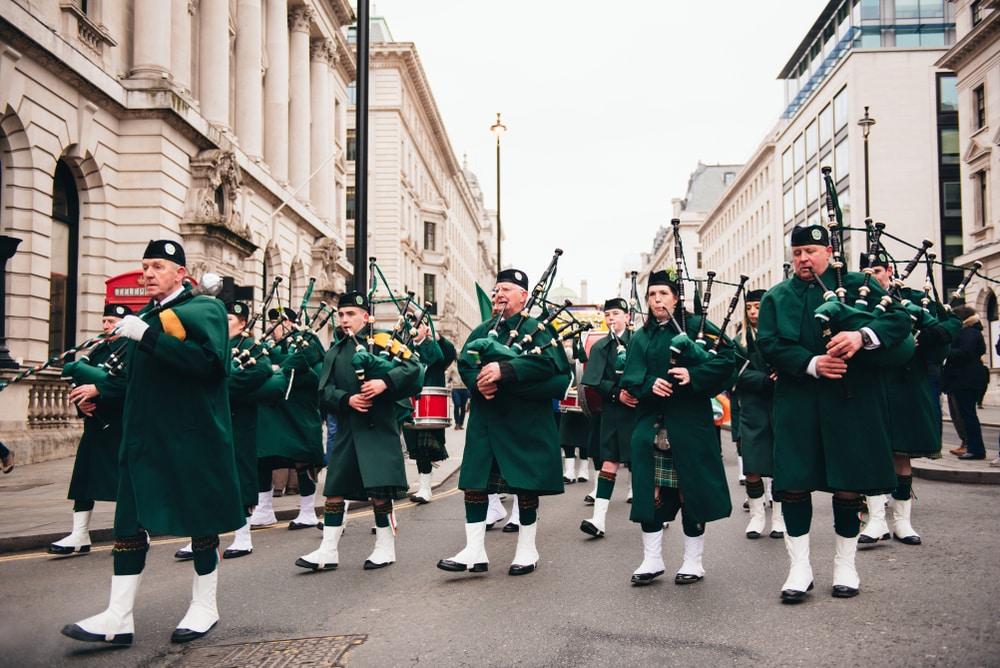 Personnes jouant de la cornemuse pour la parade de la Saint Patrick à Londres