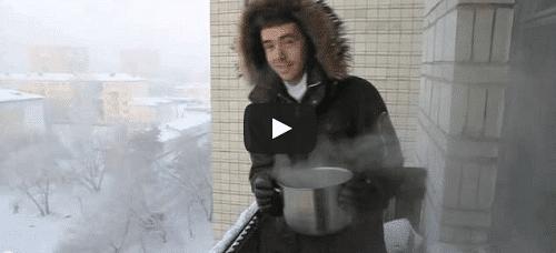De l'eau bouillante se transforme en flocons en 1 seconde !