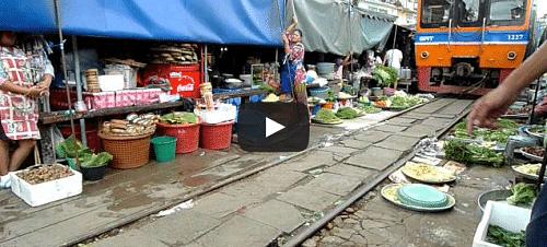 Un train passe au milieu d'un marché