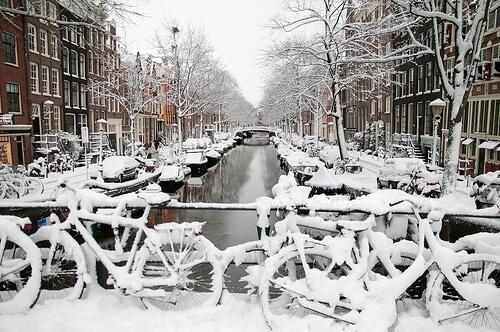 Les vélos d'Amsterdam sont toujours là sous la neige