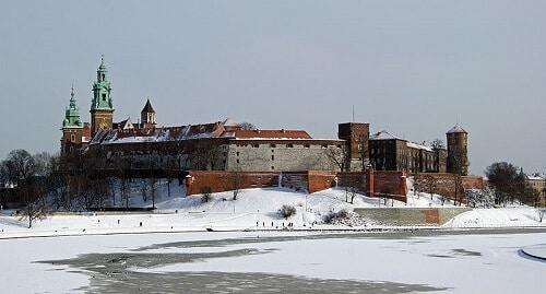 Château du Wawel sous la neige avec la Vistule gelée