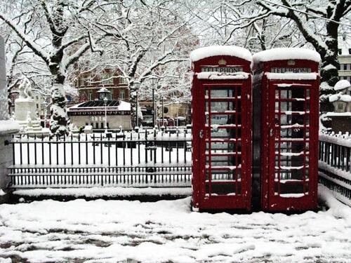 Des cabines téléphoniques londoniennes sous la neige