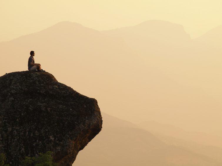 Homme assis et méditant au sommet d'une montagne. Grèce Meteora, Monastères des Météores
