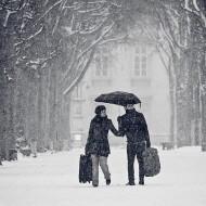 Des touristes sous la neige à Paris