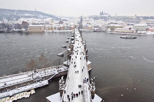 Le Pont Charles sous la neige à Prague