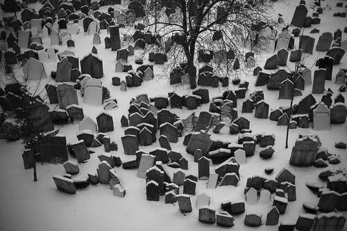 Vieux cimetière juif de Prague sous la neige
