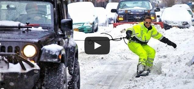 Un homme fait du snowboard dans les rues de New York