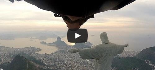 Il passe sous le bras du Christ de Rio en wingsuit