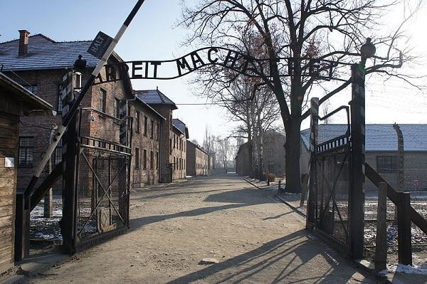 Porte d'Auschwitz le travail rend libre
