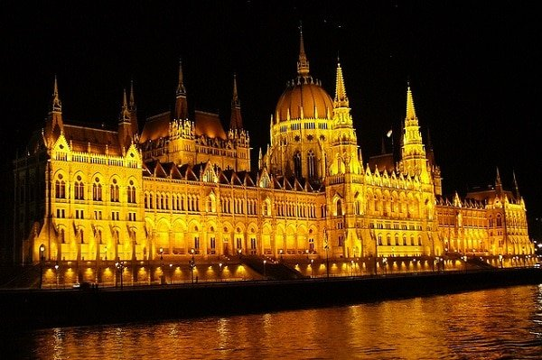 Parlement Hongrois la nuit à Budapest