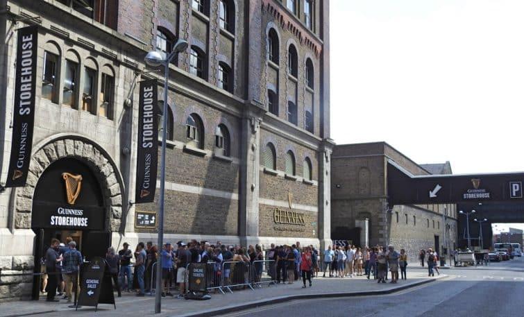 File d'attente devant le Guinness Storehouse à Dublin