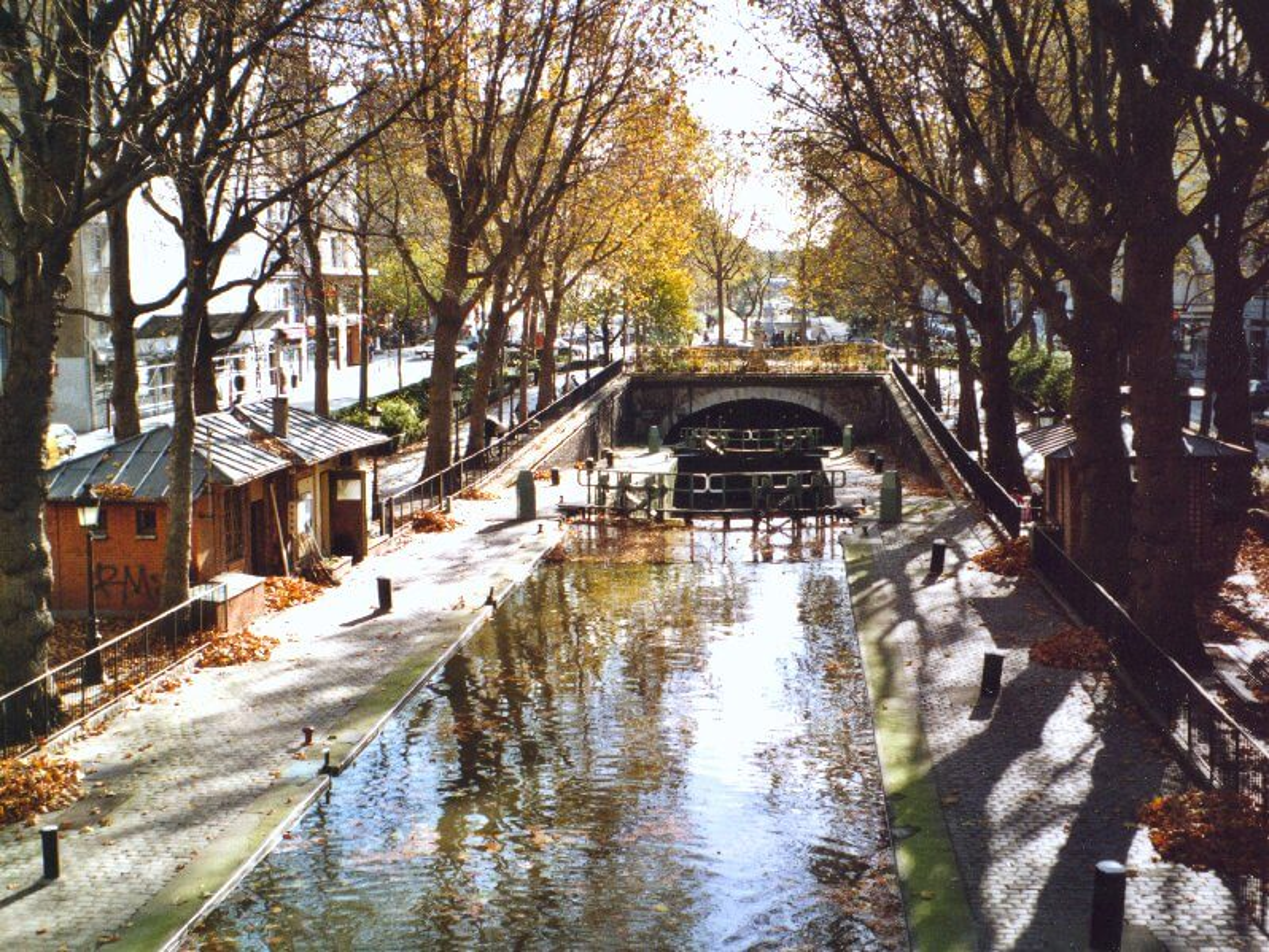 Une croisière en bateau sur le canal Saint-Martin à Paris