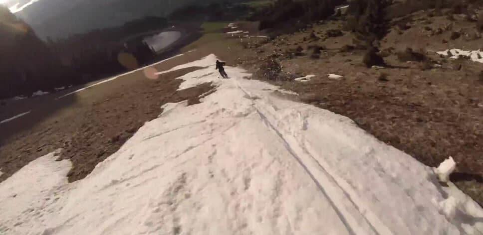Deux skieurs profitent de la dernière descente de l'hiver