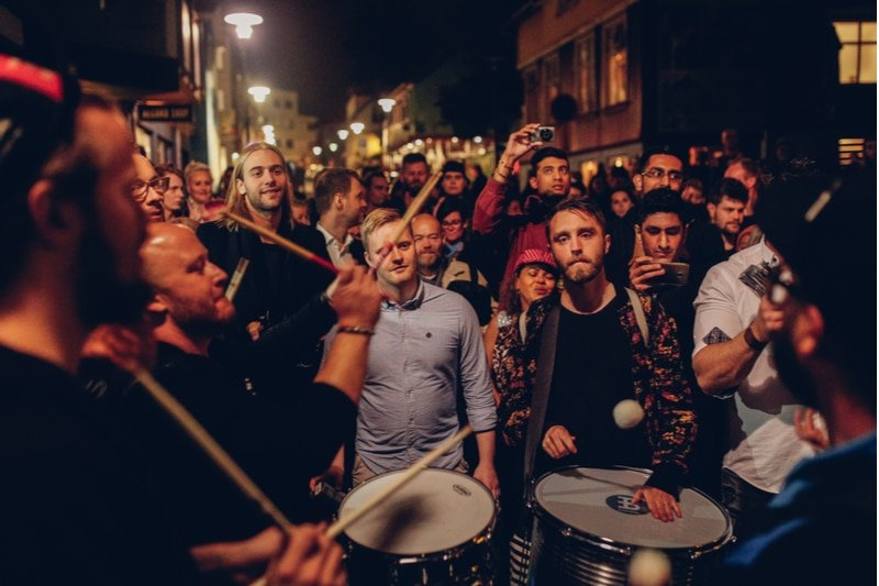 Groupe de musique dans la rue à Reykjavik