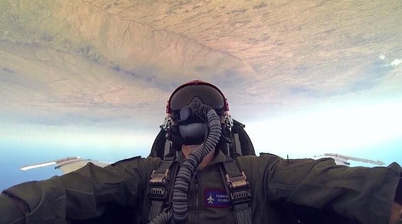 Il vole avec les Thunderbirds dans un F-16