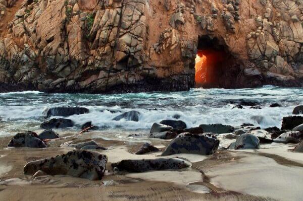 La plage secrète de Pfeiffer Beach en Californie