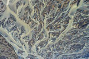 Photo aérienne d'Andre Ermolaev des rivières glaciaires en Islande