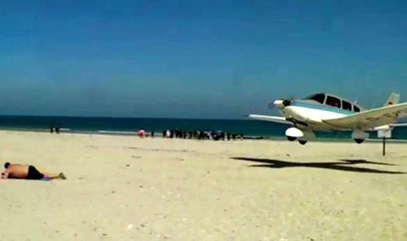 Un avion rase un baigneur sur une plage allemande