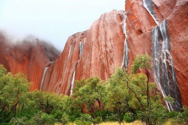 Le spectacle rare des cascades sur Uluru lorsqu'il pleut