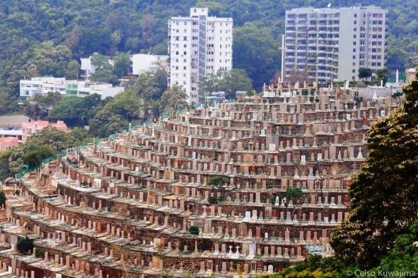 Le cimetière en terrasse de Pok Fu Lam à Hong Kong