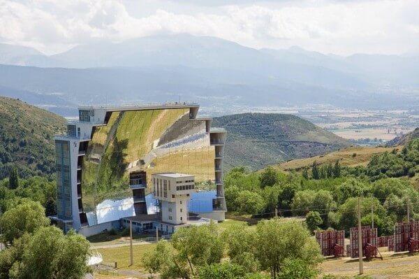 Zoom sur le plus grand four solaire du monde à Odeillo