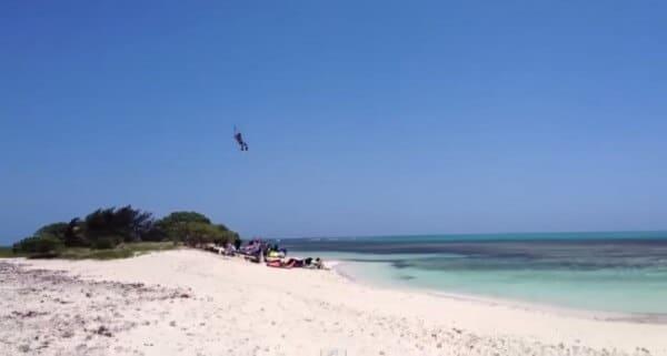 Un kitesurfer saute au dessus d'une île