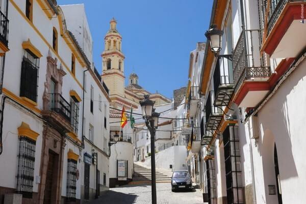 Le beau village blanc d'Olvera en Andalousie
